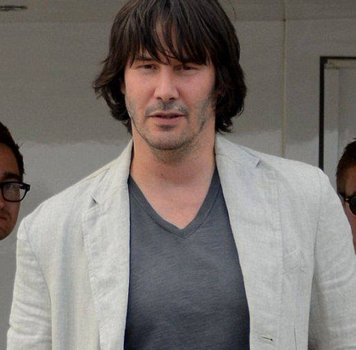http://www.dailymail.co.uk/tvshowbiz/article-2327024/Keanu-Reeves-unrecognisable-packs-paunch-boating-Cannes.html